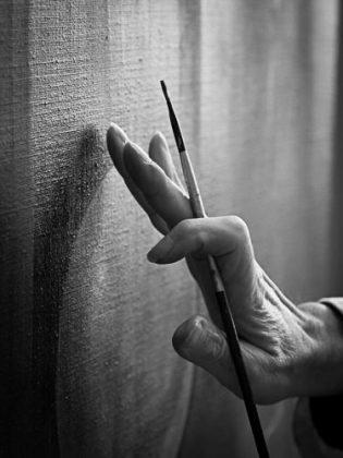 Zoom sur une main de peintre Credit Eric Togonal